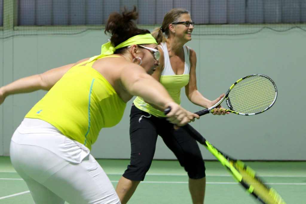 Zwei Damen beim Tennisdoppel