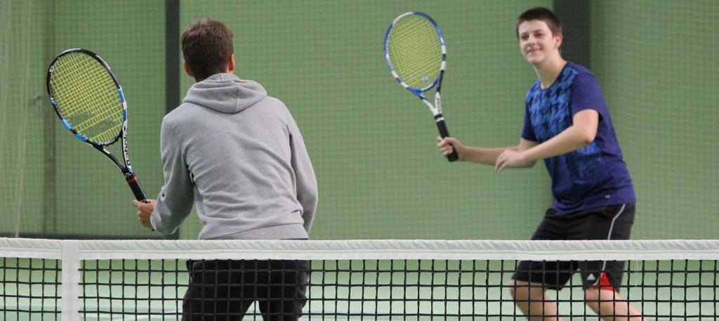 Zwei Teenager mit Tennisschlägern