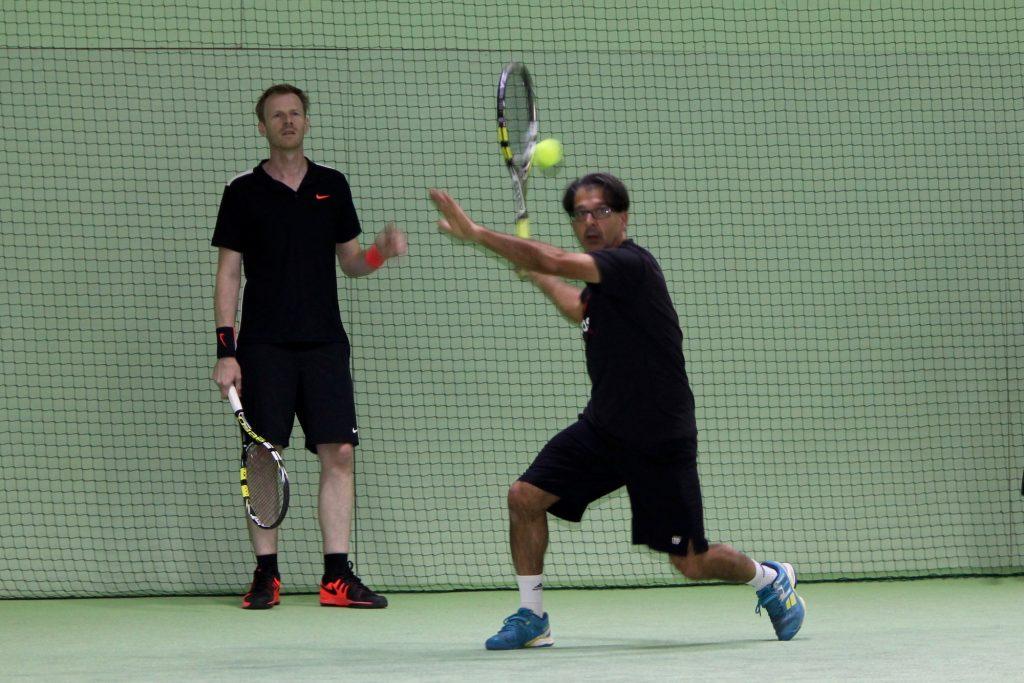 Zwei Herren spielen Tennis