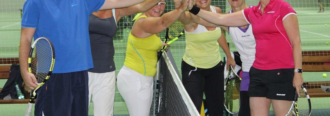 Tennisgruppe schlägt die Hände zusammen
