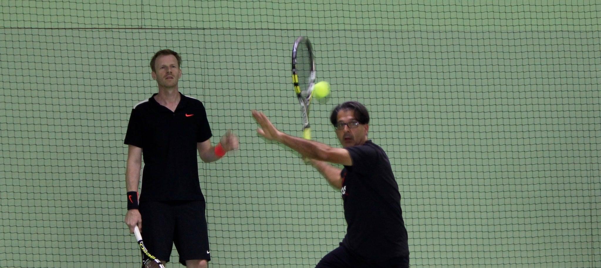 Erwachsene beim Tennistraining